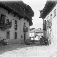 Potes. Dorfgasse mit Balkons [Calle de pueblo. Casas con balcones]
