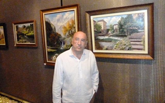 Joaquín Besoy ante uno de sus cuadros en 2015. Pulsar para ampliar