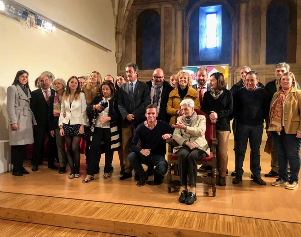 Foto de grupo con la homenajeada. Pulse para verlo más grande